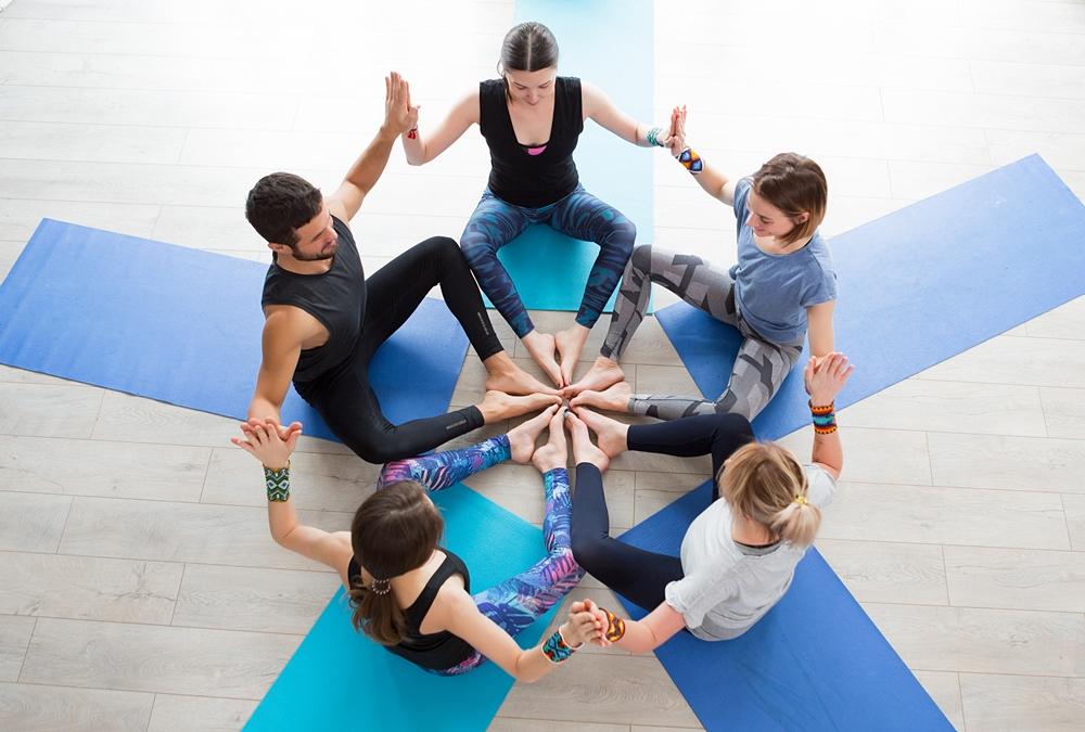 ヨガで輪になって瞑想するグループ