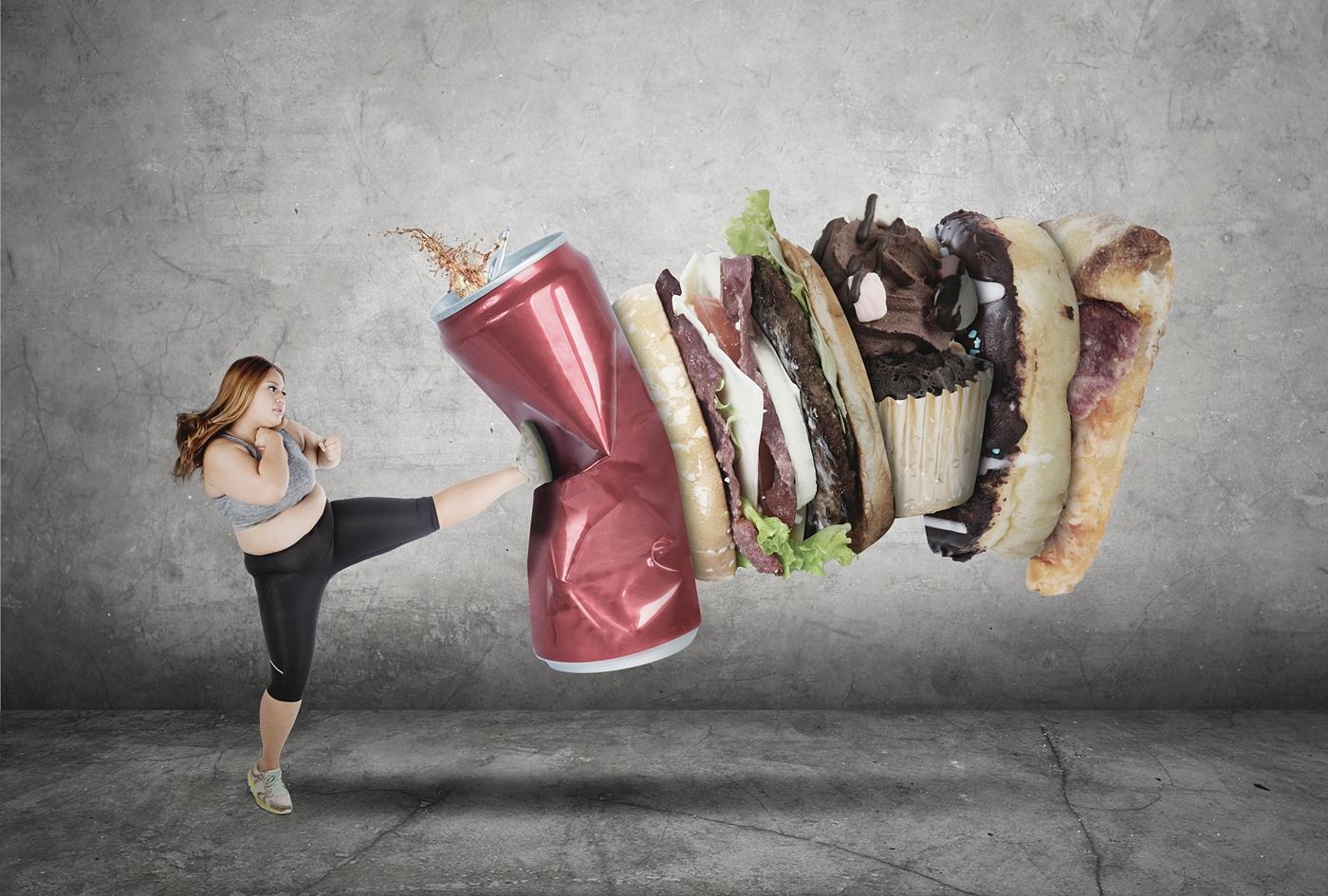 カロリーの高い食べ物を拒否する女性