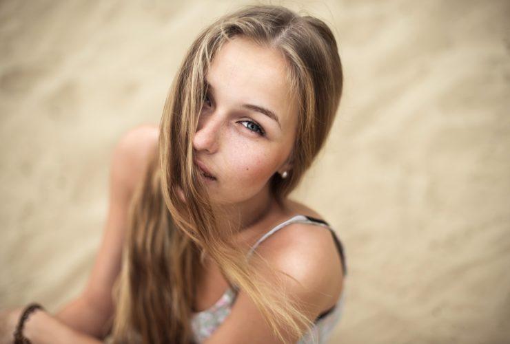 ロングヘアの若い外国人女性