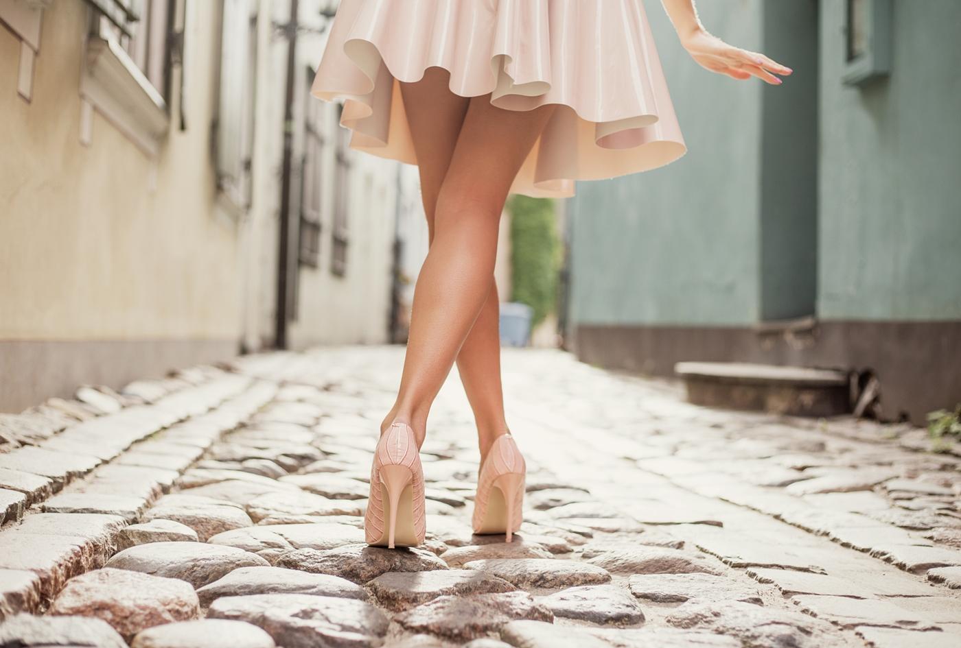 ピンクのミニスカート履いた女性の脚