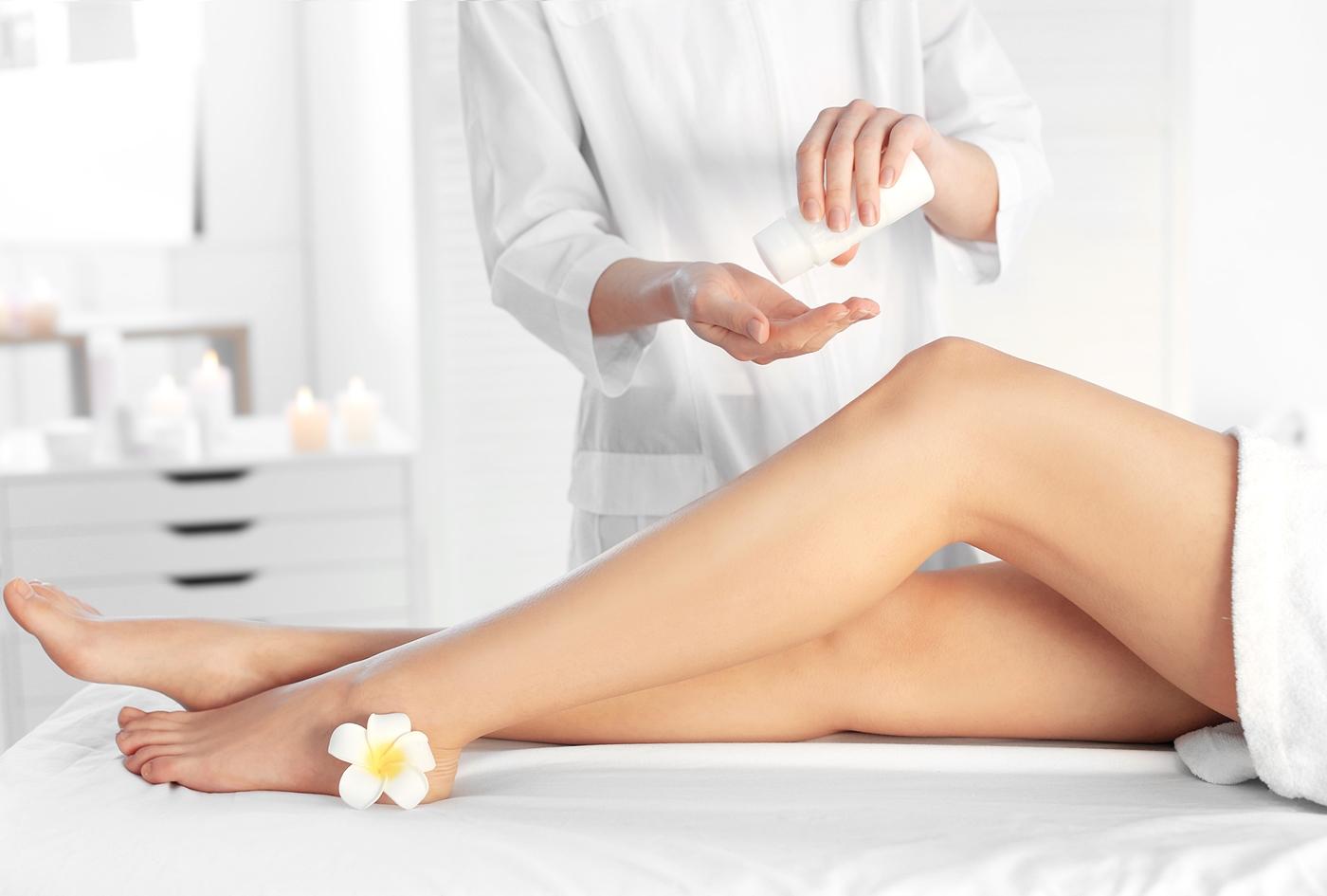 脚に脱毛クリームを塗る女性
