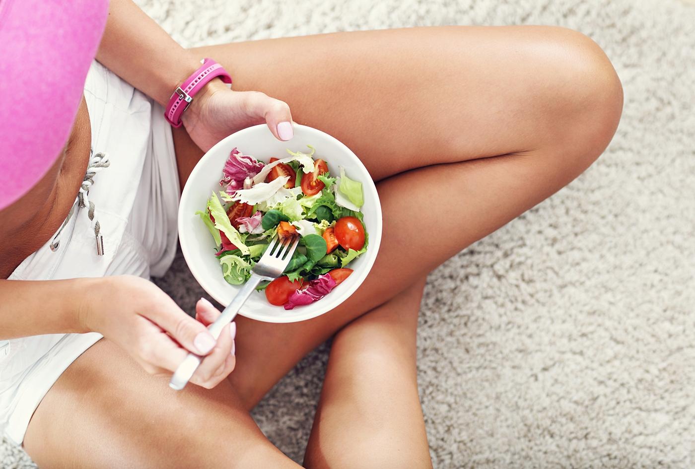 ダイエットサラダを食べる女性