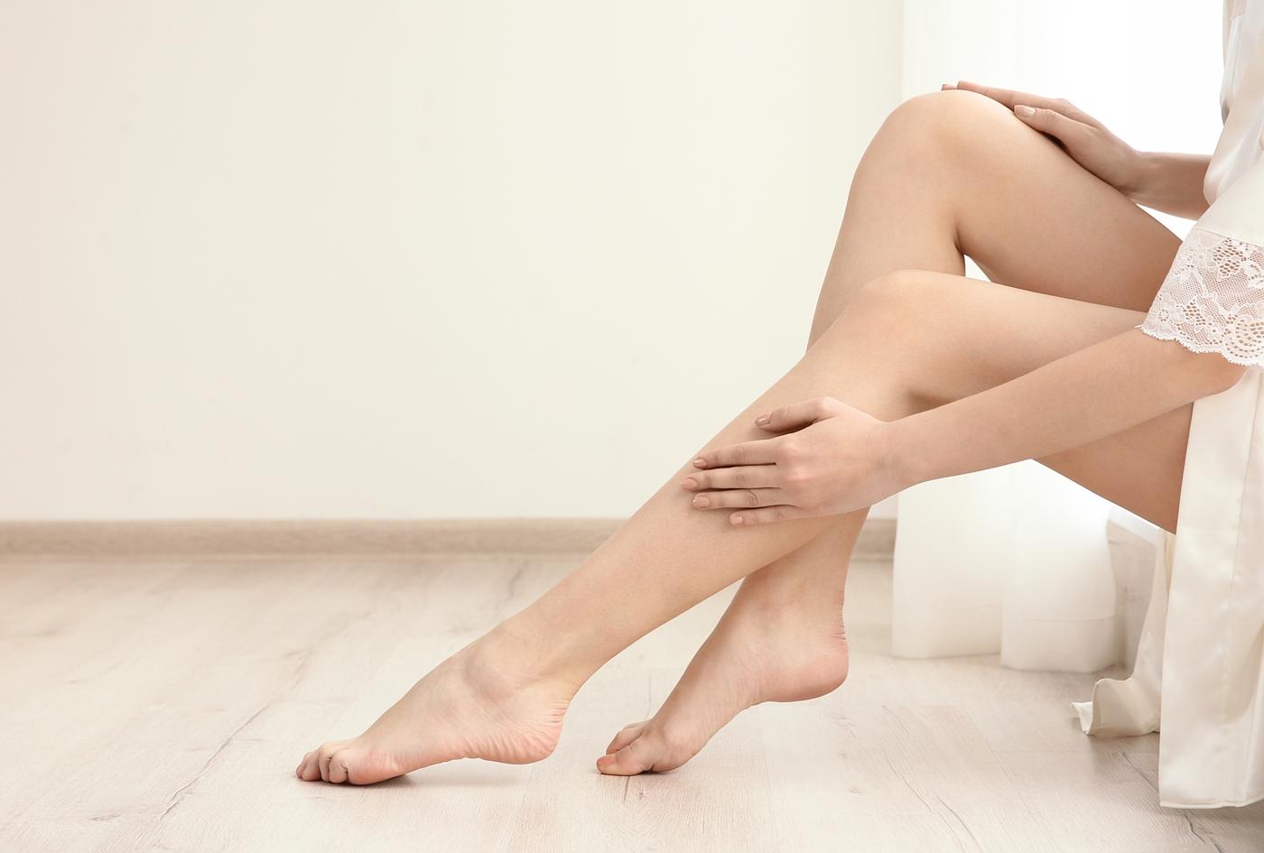 脚を美容ケアする女性