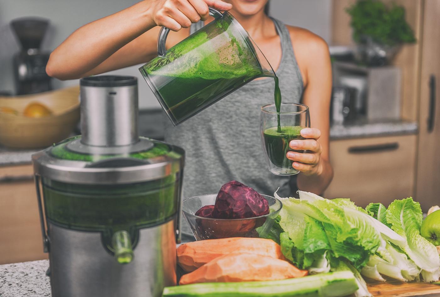 野菜ジュースを作る女性